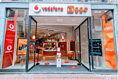 Inviting passers-by to enter Vodafone – Ziggo